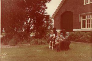 cursisten-uit-tropenschool-met-kinderen-schrijver