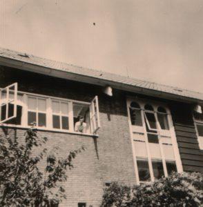 schrijver-uit-slaapkamerraam-jaren-zestig-joodswerkdorp