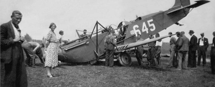 12 mei 1940, berging van Fokker 645 na noodlanding in Wieringermeer. Wie zijn de mensen op deze foto?