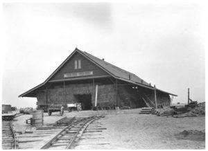 Het eerste bedrijfsgebouw in de Wieringermeer