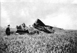 Wrakstukken van de Whitley bommenper op het land GBM Smit (foto bron H Nauta)