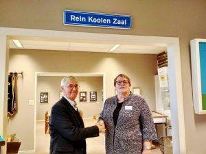Genootschap Wieringermeer eert oud-voorzitter en actief vrijwilliger Rein Koolen met bord 'Rein Koolenzaal'