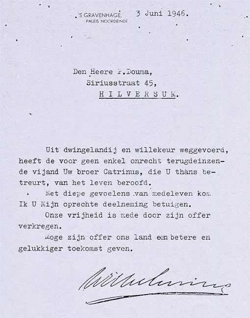 1946, Koningin Wilhelmina condoleert familielid P. Douma met de dood van zijn broer Catrinus Douma
