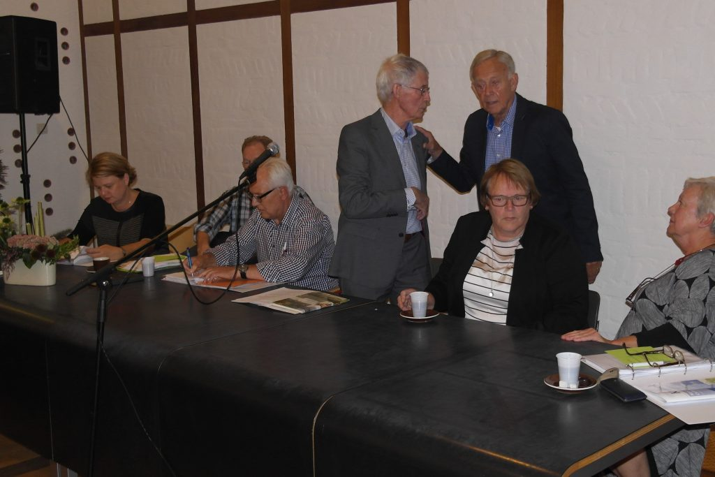 Rein Koolen (staan, links) en Frank Walstra (rechts) in een onderonsje.