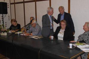 Rein Koolen en Frank Walstra (staand, rechts) hebben een onderonsje